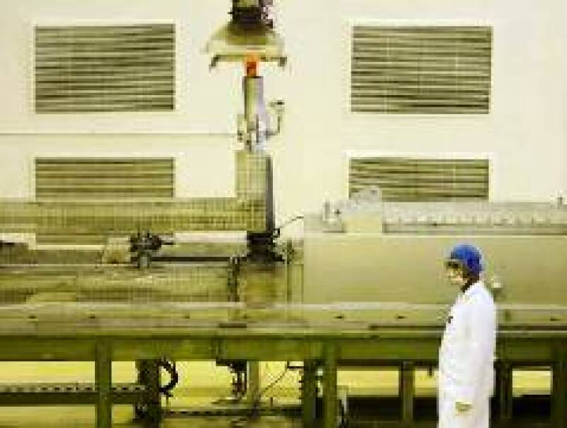 Un trabajador en la primera planta de energía atómica de Irán. (Foto: Reuters)