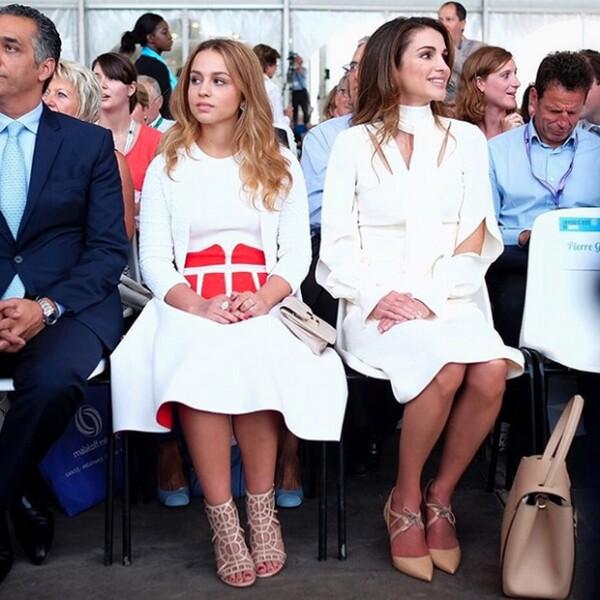La reina Rania subió a su propio Instagram esta foto donde aparece con su hija Imán en la Conferencia Medef en París.