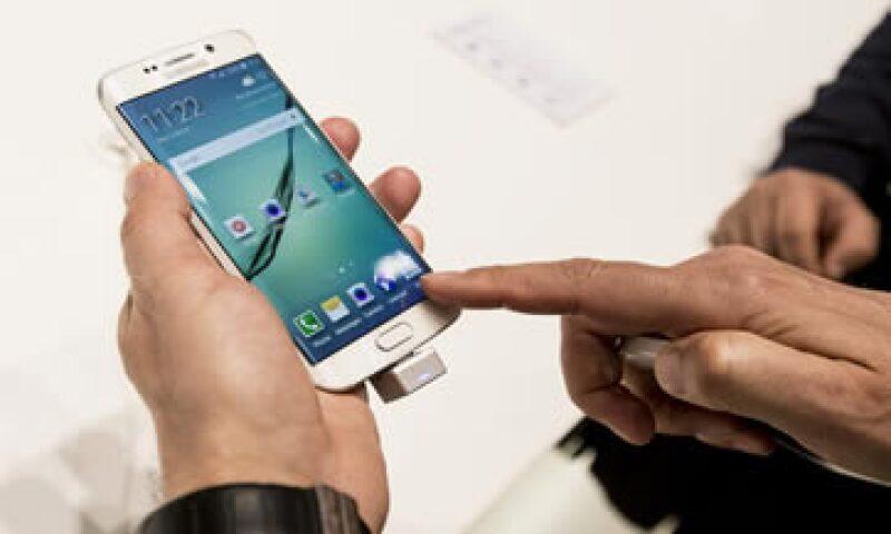 El Galaxy S6 Edge necesita menos kilogramos de presión que el iPhone para deformarse. (Foto: AFP )