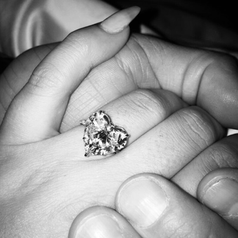 El anillo de compromiso de Lady Gaga es de diamante en forma de corazón.