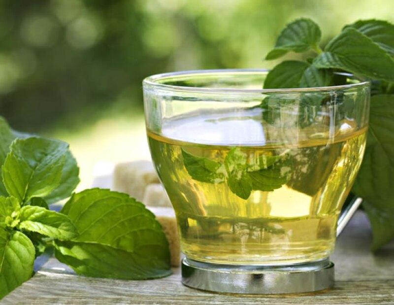 El té de menta te ayudará a aliviar dolores de garganta, tratar la bronquitis y aliviar problemas digestivos.