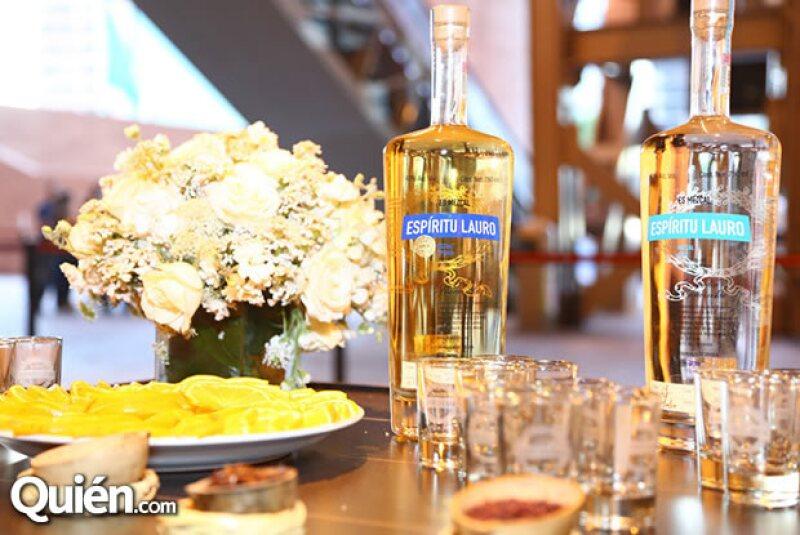 Los invitados disfrutaron de un carrito con todos los mezcales de Espíritu Lauro, quienes afinaron garganta con tan rica bebida.