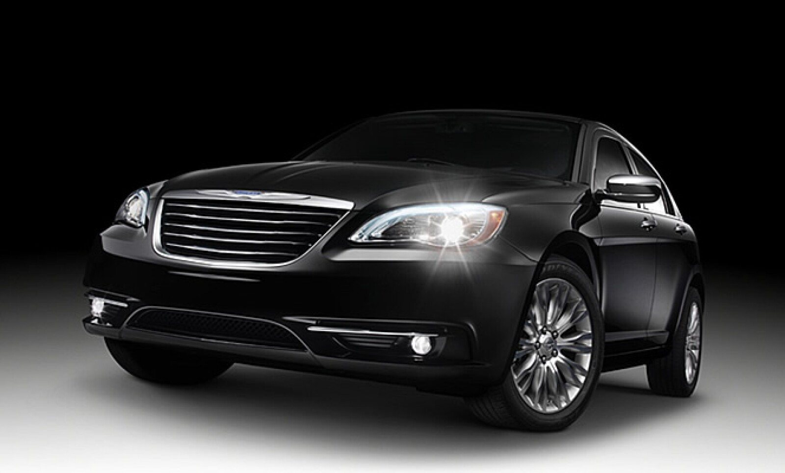 Las líneas del automóvil han sido rediseñadas respecto a su antecesor, en el exterior encontramos un cambio en la facia, la parilla ostenta el nuevo logo de Chrysler y los faros incorporan luces tipo LED.