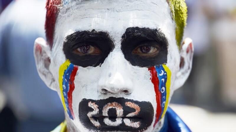Un estudiante con la cara pintada durante las manifestaciones en contra del gobierno este jueves en Venezuela