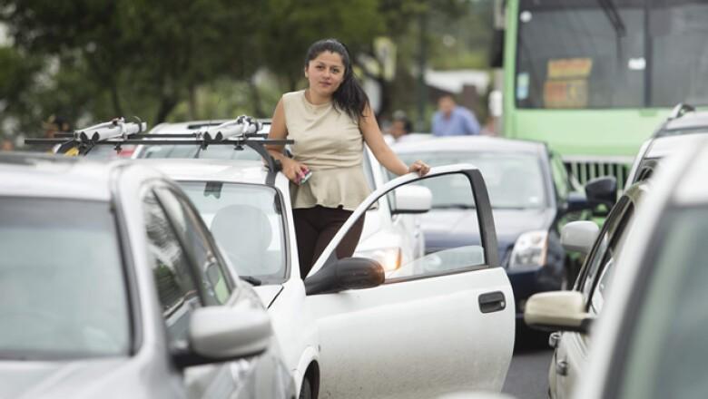 Decenas de manifestantes protestaron este martes contra las nuevas medidas del programa Hoy no circula, lo que generó un severo caos vial en la Ciudad de México.