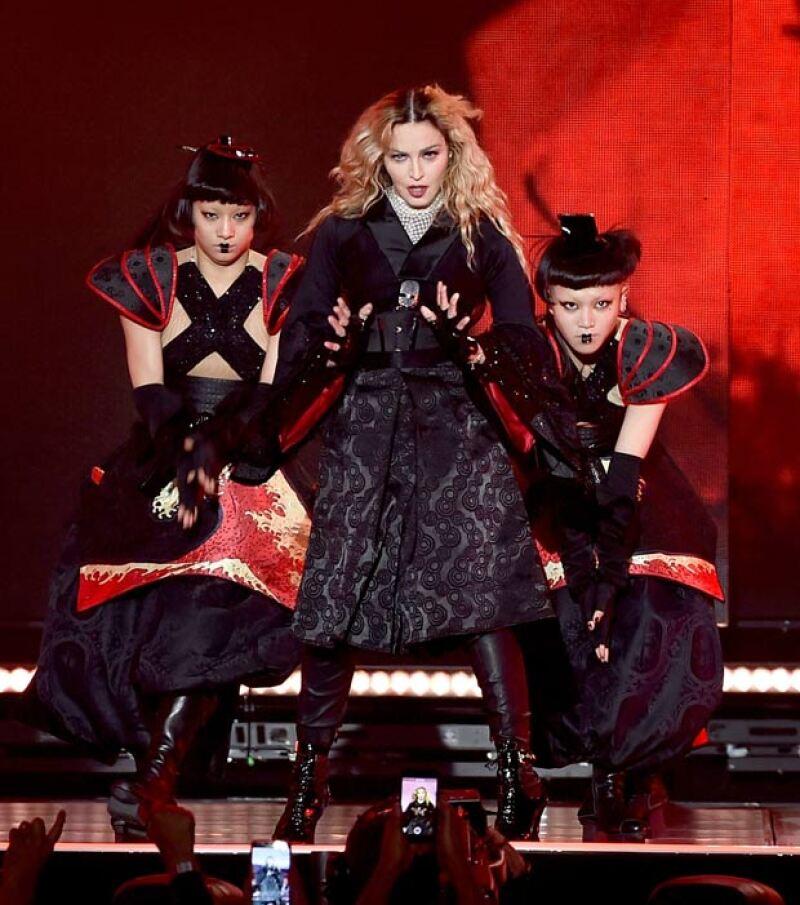 Además de Ashton y Mila, otros famosos se dieron cita en el show de la reina del pop como Katy Perry y la propia Salma Hayek.