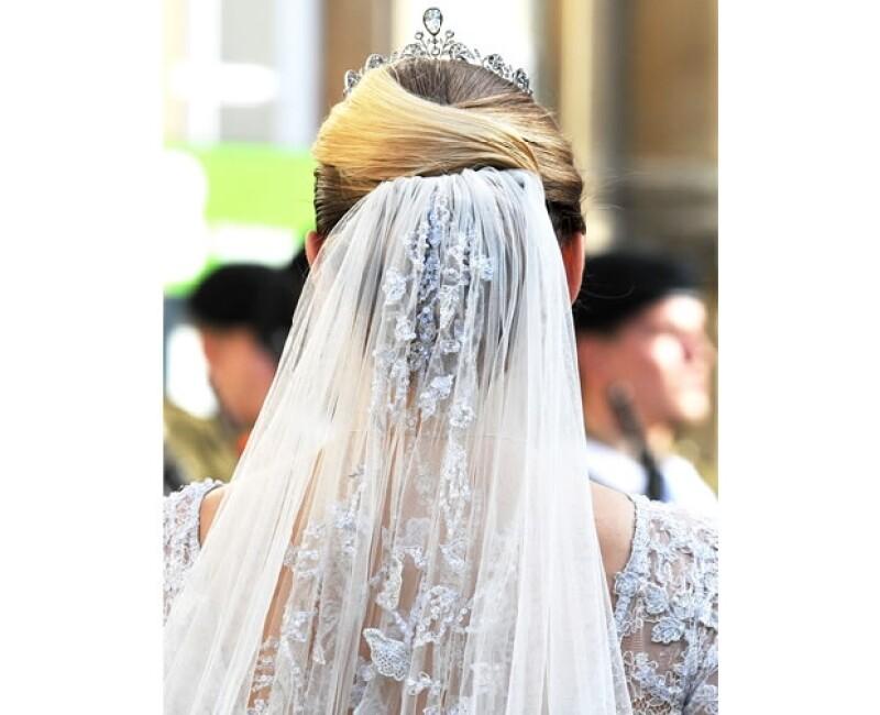 La novia, hoy Gran Duquesa Heredera de Luxemburgo, usó un vestido del reconocido diseñador Elie Saab color marfil en encaje y tul.