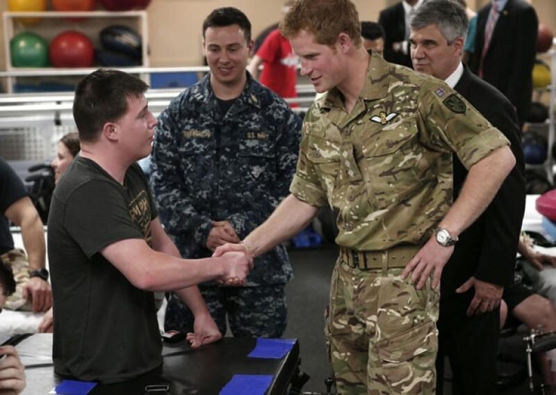 El príncipe Enrique de Gales visitó este viernes el Centro Médico Militar más grande de EU. Ahí se reunió con soldados heridos de guerra y compartió algunas experiencias.