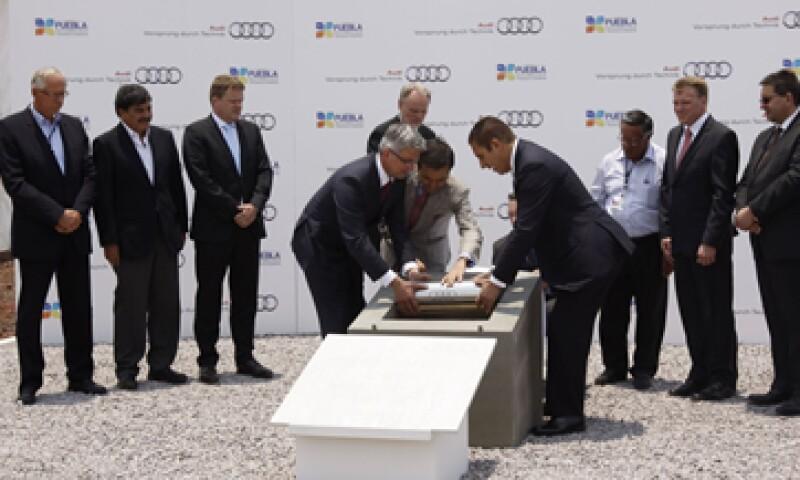 Directivos de la firma y funcionarios colocaron la primera piedra y una cápsula del tiempo. (Foto: Notimex)