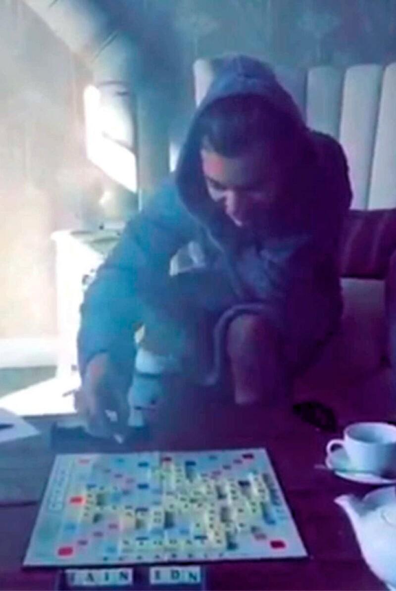 La modelo de lencería mostró que jugaba Scrabble con el cantante de One Direction, mientras éste usaba una bata.