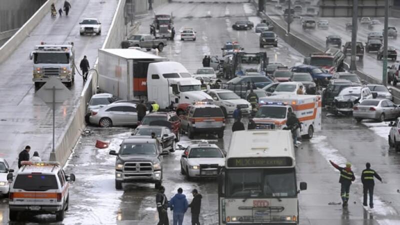 un accidente vehicular en Aurora, Colorado, a consecuencia de la tormenta invernal