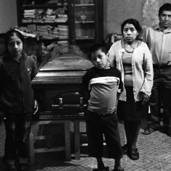 una familia vela a su pariente muerto en estados unidos