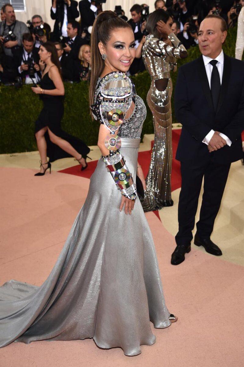 La cantante lució este vestido de un diseñador mexicano y joyas de Lorraine Schwartz.
