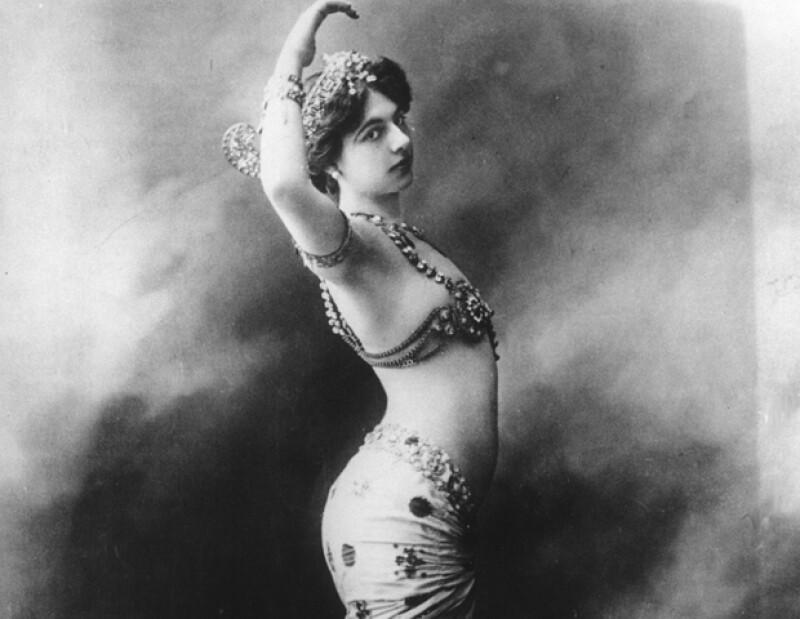 Mata Hara fue de las pioneras en posar desnuda y con poses insinuantes.