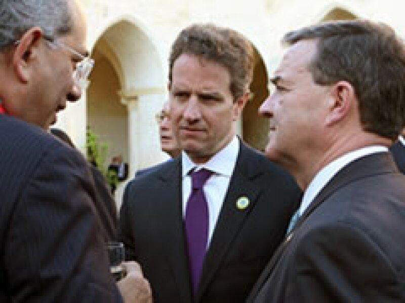 Boutros-Ghali, Geithner y Flaherty hablan durante la reunión del G8. (Foto: Reuters.)