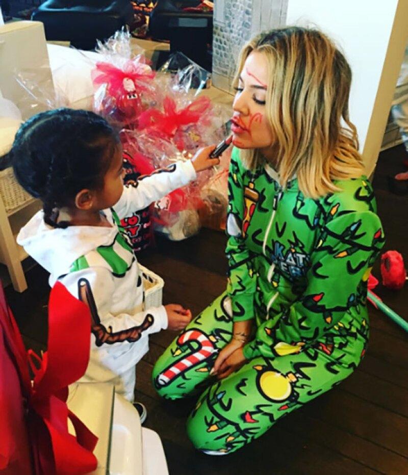 Seguro de tanto ver a su mamá Kim Kardashian, la pequeña ya aprendió una que otra técnica de maquillaje… ¿o no? Khloé tiene la respuesta.