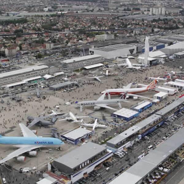 Más de 2,100 participantes de 45 países han pedido formar parte de la exhibición, en donde se muestran tantos aviones comerciales como aeronaves de defensa.
