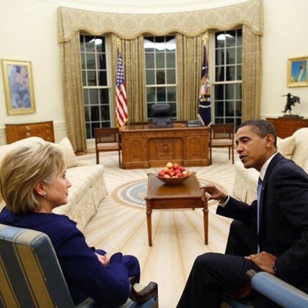 El presidente Barack Obama se reune con la secretaria de estado, Hillary Clinton, en la Oficina Oval.
