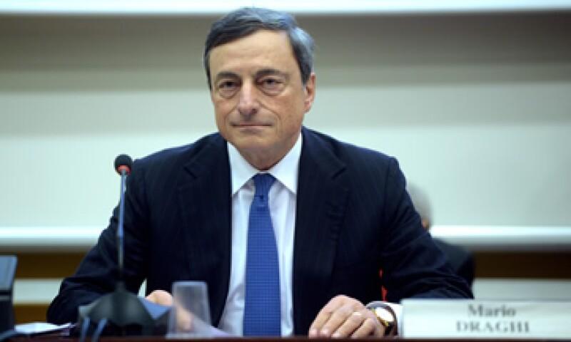 El jefe del BCE, Mario Draghi, espera que esta compra de valores le permita también incrementar el tamaño de su hoja de balance en hasta un 1 bde.  (Foto: AFP )