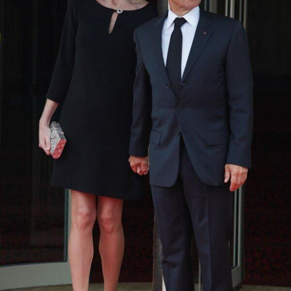 Luego de años en la pasarela, Carla Bruni deberá de estar muy cómoda y feliz que ahora sólo tiene que usar flats a lado de Sarkozy.