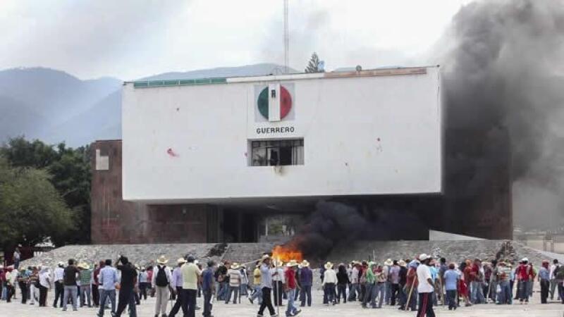 Integrantes de la CNTE quemaron las instalaciones del Partido Revolucionario Institucional (PRI) en Chilpancingo, Guerrero.