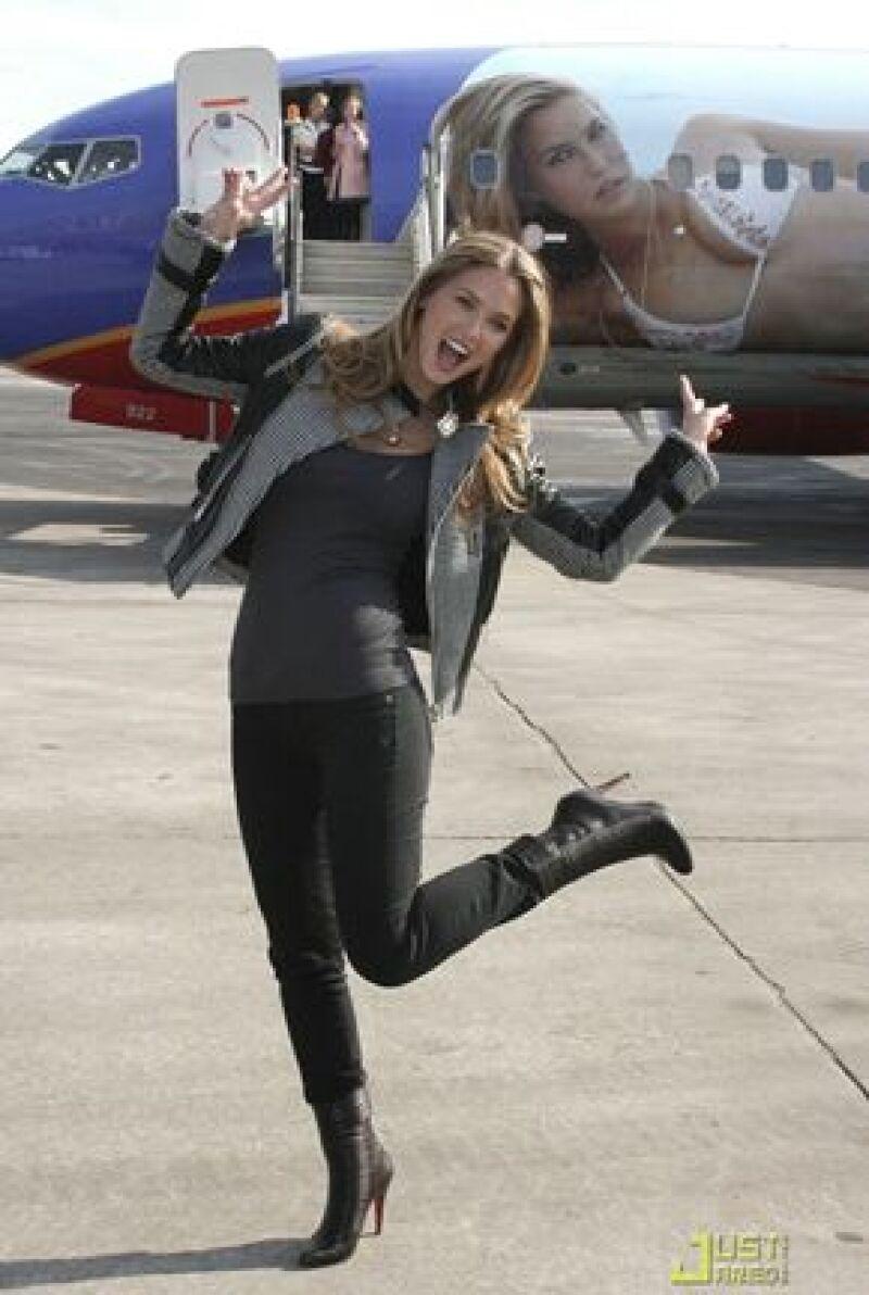 La imagen de la modelo, quien es la portada de la nueva edición de Sports Illustrated swimsuit, fue plasmada en un Boeing 737-700, el cual hará una ruta de Nueva York-Las Vegas.