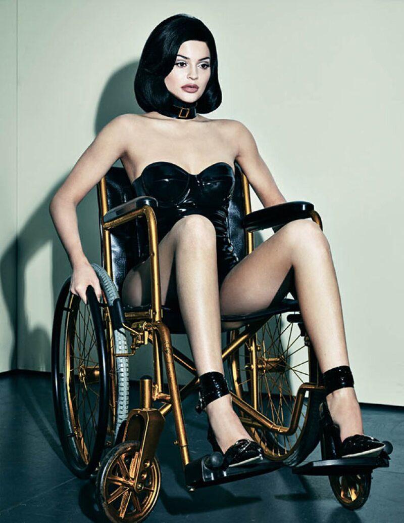 Una de las fotos más polémicas en la sesión fue esta en silla de ruedas.