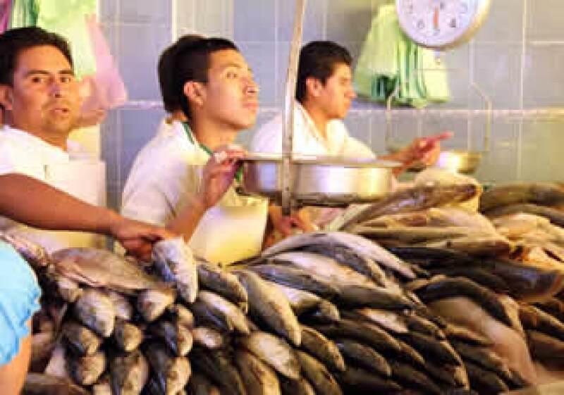 Conapesca reportó el consumo de otras especies no habituales, como la mojarra, atún o sardina. (Foto: Notimex)