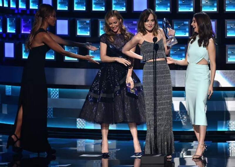 Al momento de pasar a recibir su premio como Mejor Actriz de Drama en los People&#39s Choice Awards, la actriz estuvo a punto de mostrarlo todo luego de que su Armani Privé la traicionara.