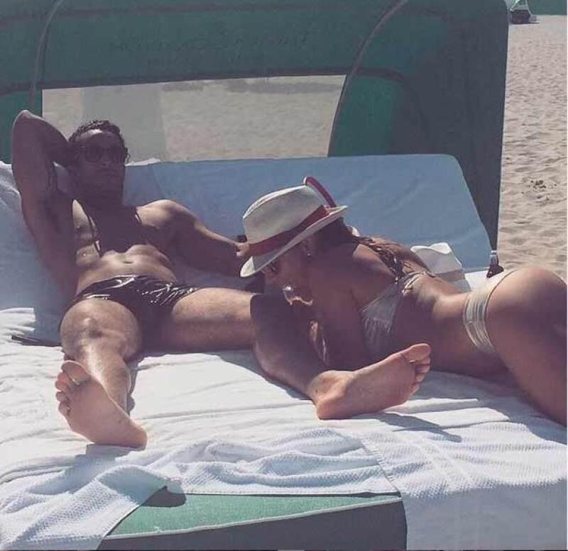La pareja lució su trabajados cuerpos en bikini mientras tomaba el sol.