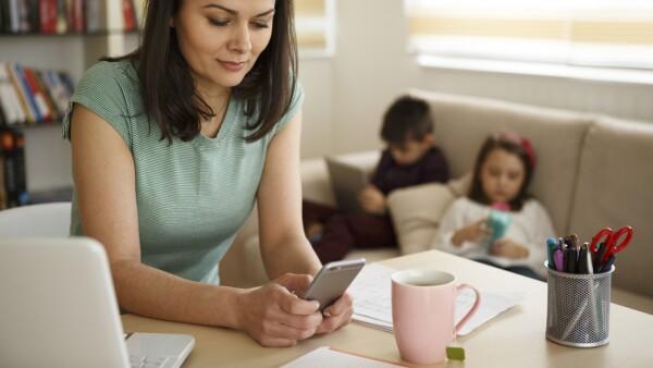 Madre con celular desatiende a sus hijos
