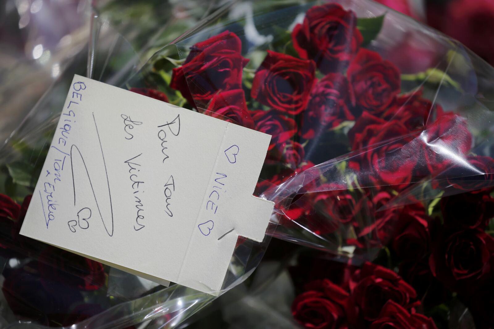 Personas dejaron flores y mensajes como tributo a las víctimas del atentado en el que decenas de personas murieron.