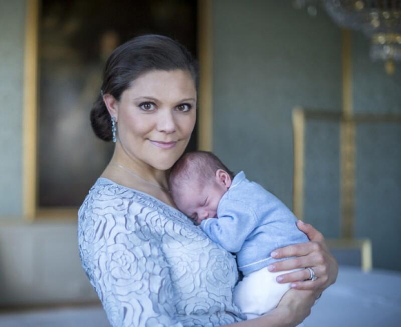 Hace un mes, Victoria le dio la bienvenida a su segundo bebé, el príncipe Oscar, quien ha sido el causante de sus desvelos y cansancio.