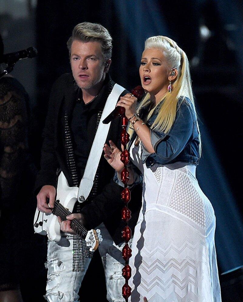 En la entrega de premios también lució su gran booty en un vestido blanco.