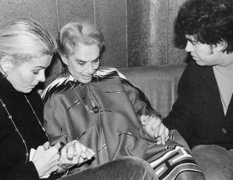 Lágrimas de despedida junto a Bibí Andersen y Pedro Almodóvar en la Residencia de Estudiantes, en 1993.