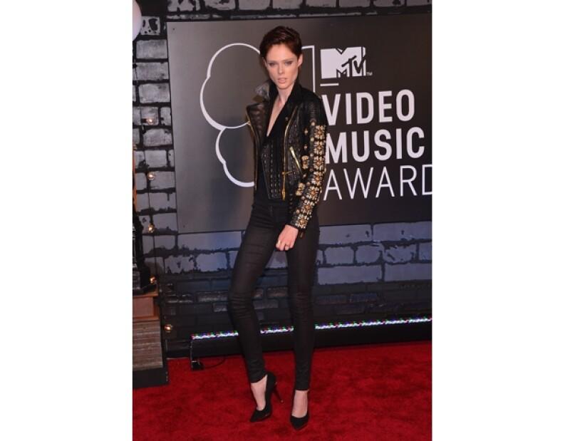 Coco Rocha súper rocker con skinny jeans y una leather jacket.