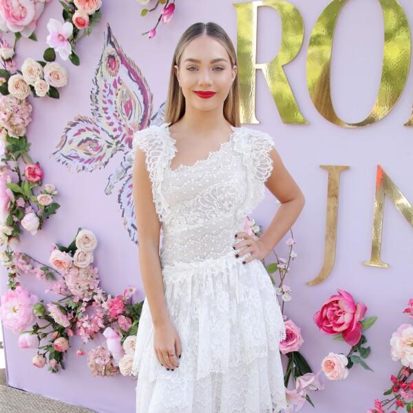 Maddie Ziegler usando un vestido blanco en el desfile Fall Winter 2019 de la marca Rodarte