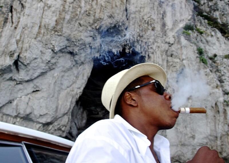 A Jay Z parece haberle encantado la vida cuabana. Ahora es fan de los habanos y las guayaberas.