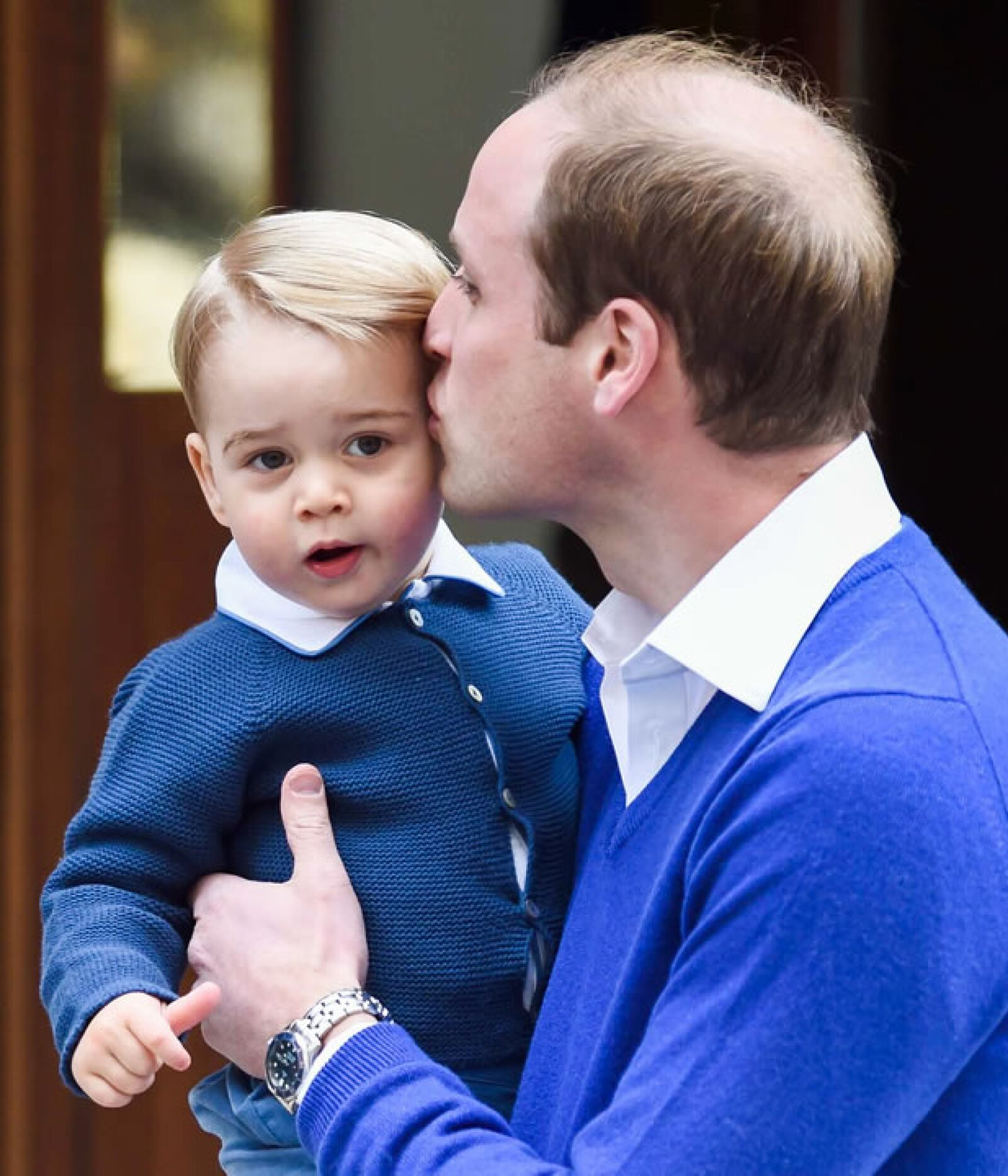 George y William llegan al hospital de St. Mary´s tras el nacimiento de la princesa Charlotte.