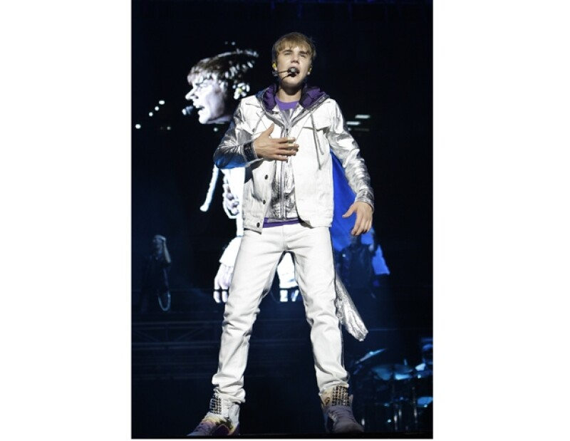 Justin le cantó y le dio un ramo de flores a la fan regia que lloró inconsolablemente por no haber alcanzado un boleto para ver a su ídolo.