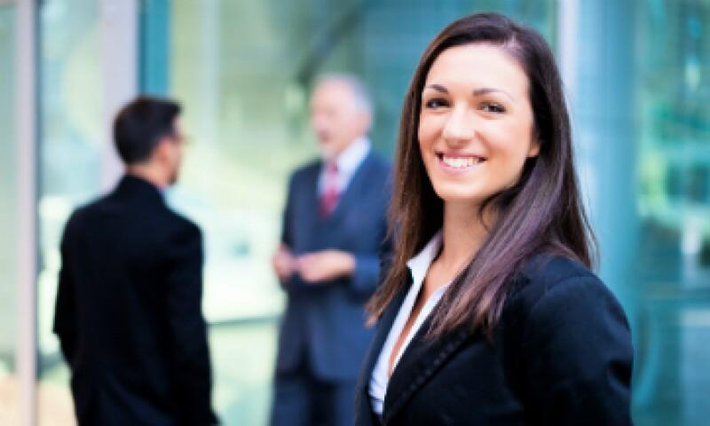 Se debe motivar a las mujeres a negociar aumentos salariales y a no rehuir de la ambición. (Foto: Shutterstock)