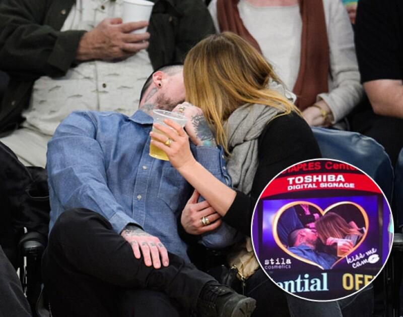 En su primera aparición pública tras su boda, la actriz y Benji Madden fueron sorprendidos por la cámara romántica, durante un partido de los Lakers, de la que no pudieron escapar.