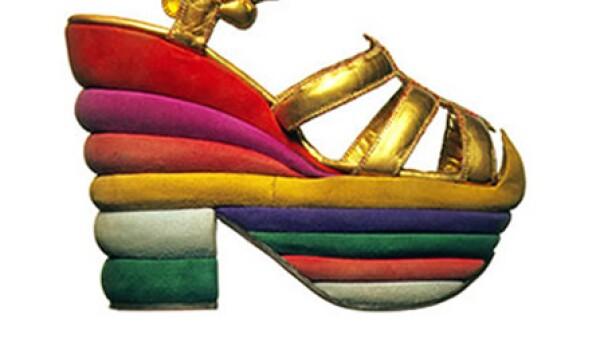 En un esfuerzo por conjugar la calidad artesanal y el concepto del diseño,  el italiano Salvatore Ferragamo fue un mago del zapato. A los nueve años diseñó su primer par para años más tarde hacer grandes aportaciones al mundo de la moda como la invención del tacón aguja y el tacón de puente.
