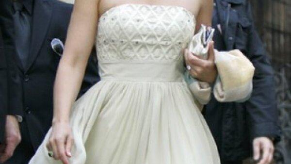 La guapa Ashley Judd llegó sonriente y primaveral al enlace. La actriz optó por un color marfil en su vestido strapless, además de un collar como punto focal.
