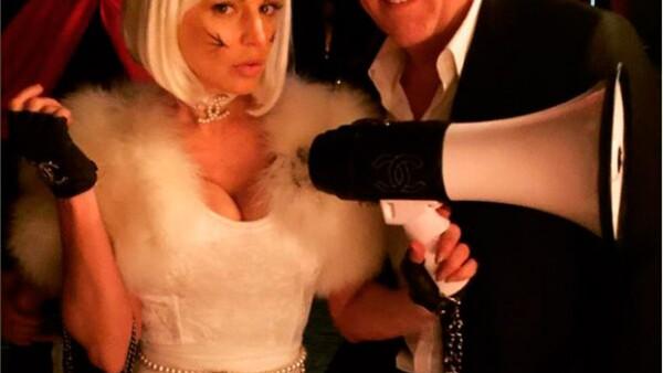 """La actriz mexicana publicó en Instagram una fotografía de François-Henri Pinault posando junto a la cantante disfrazada de una sexy gatita, y se previno antes de que sugieran """"chismes""""."""