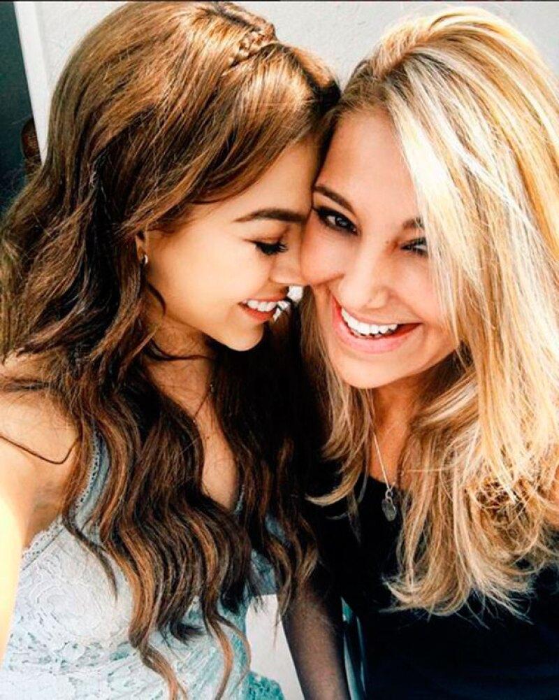 Danna Paola presume de tener una mamá muy guapa.