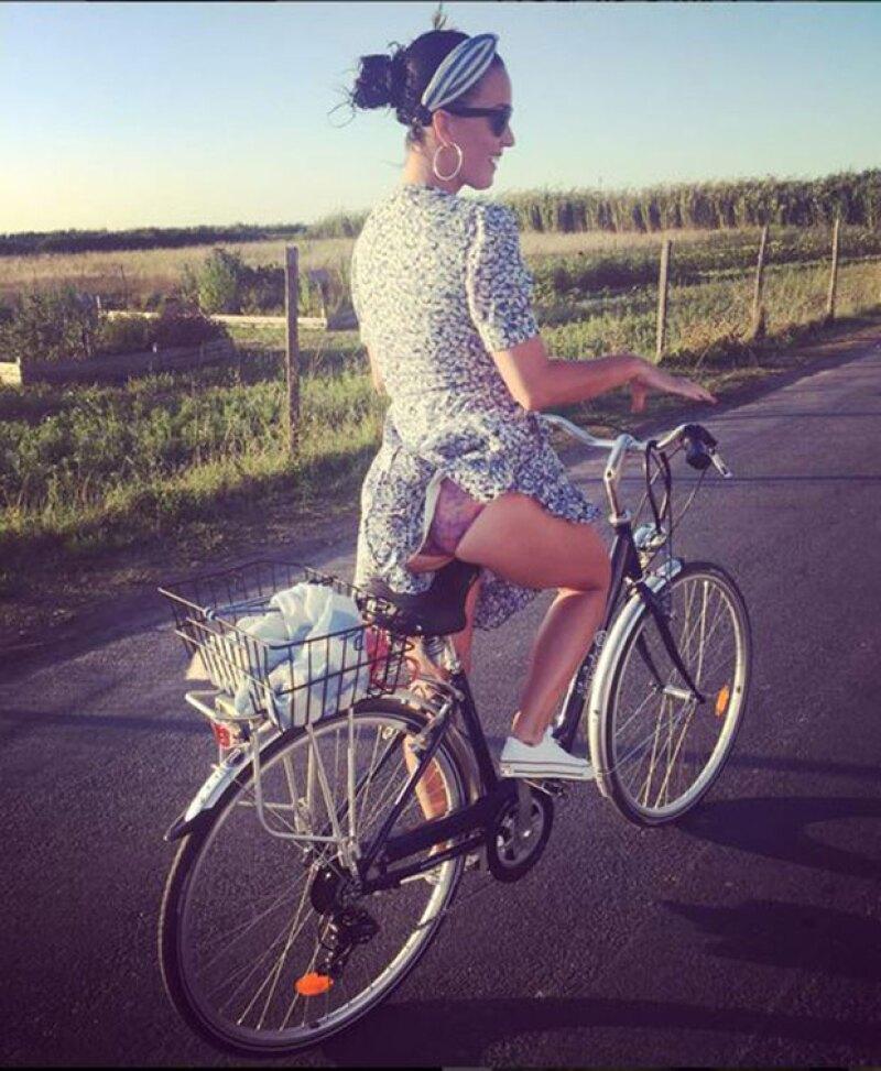 La cantante californiana compartió en Instragram una foto en la que deja a la vista parte de su booty mientras pasea en bicicleta.