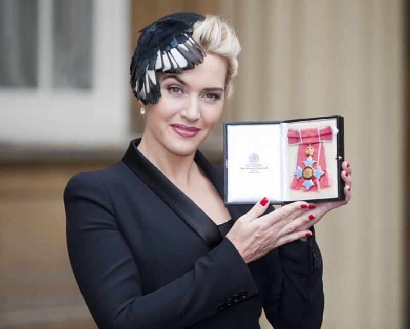 La actriz fue reconocida como la mejor actriz inglesa de su generación, la medalla se la entregó la misma Reina de Inglaterra.