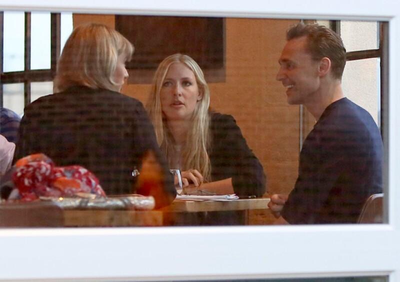 El actor y la cantante lucieron muy sonrientes y románticos durante la cena.