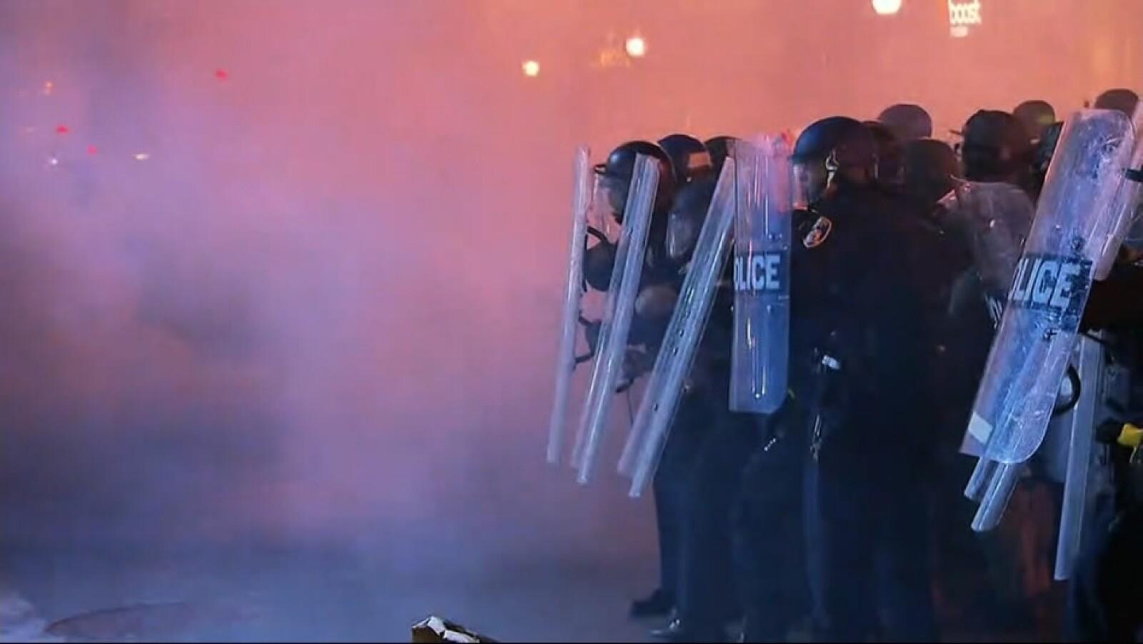 Las autoridades informaron que arrestaran a quienes no cumplan con la prohibición de no salir de las calles